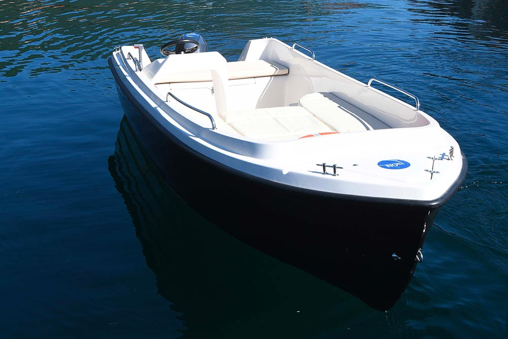 Foto-di-una-barca-bianca-sul-lago