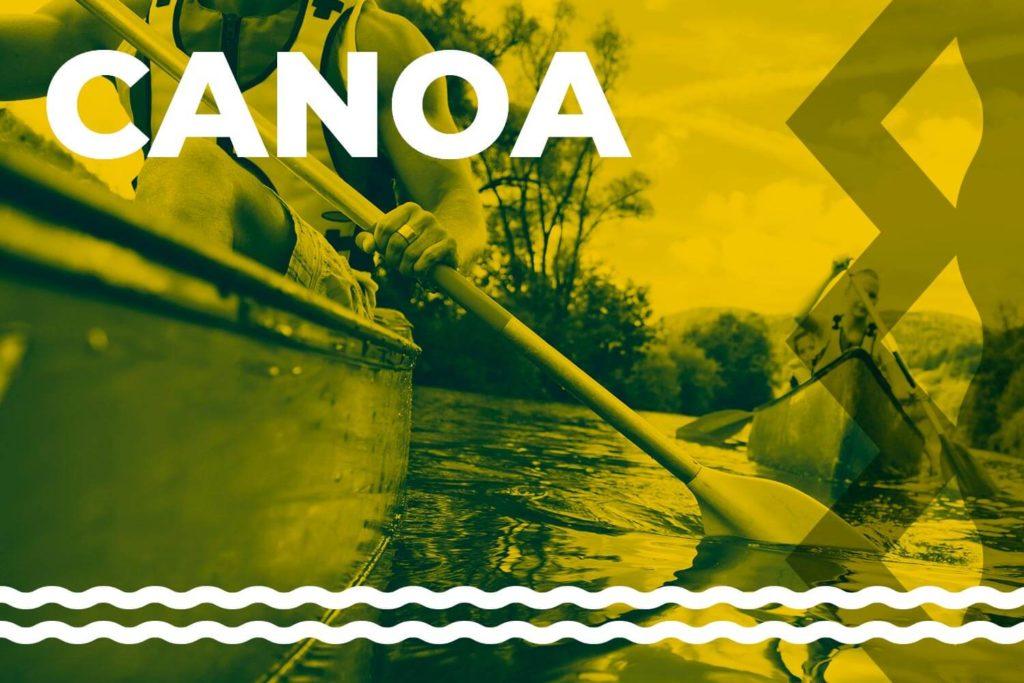 due-persone-che-vanno-in-canoa-sul-lago
