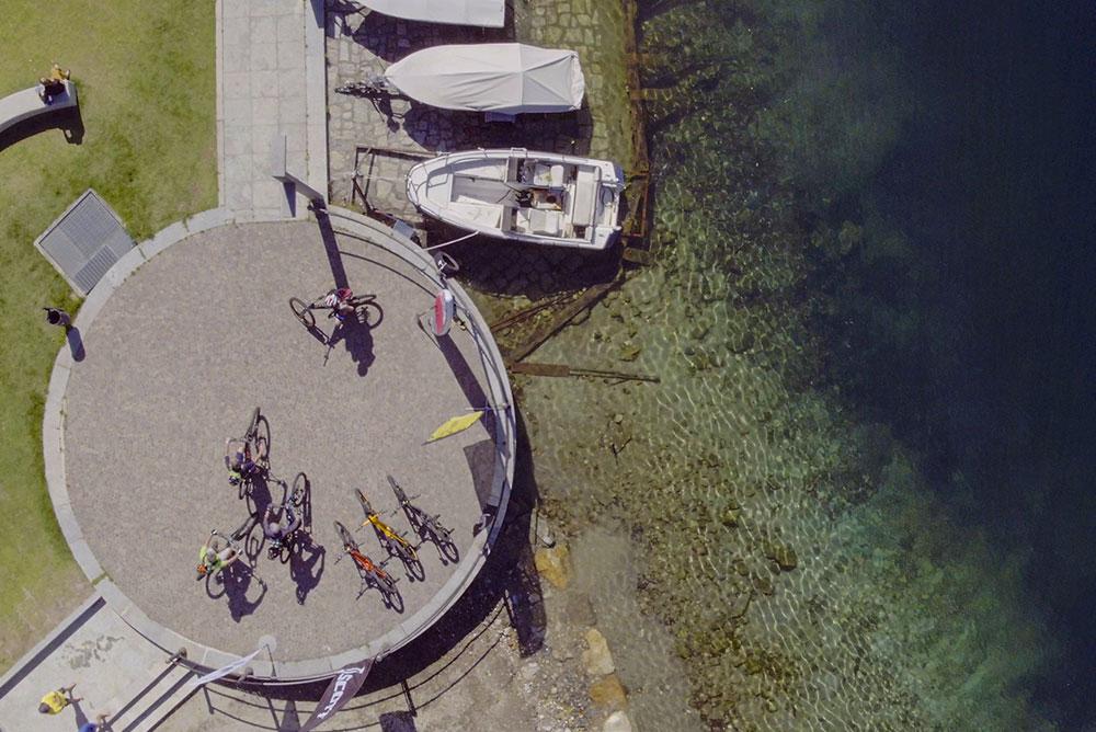 foto-dall'alto-della-rova-del-lago-con-biciclette