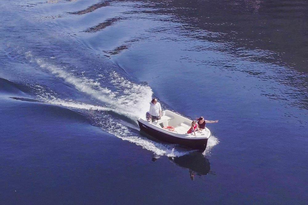 foto-di-una-barca-in-movimento-sul-lago