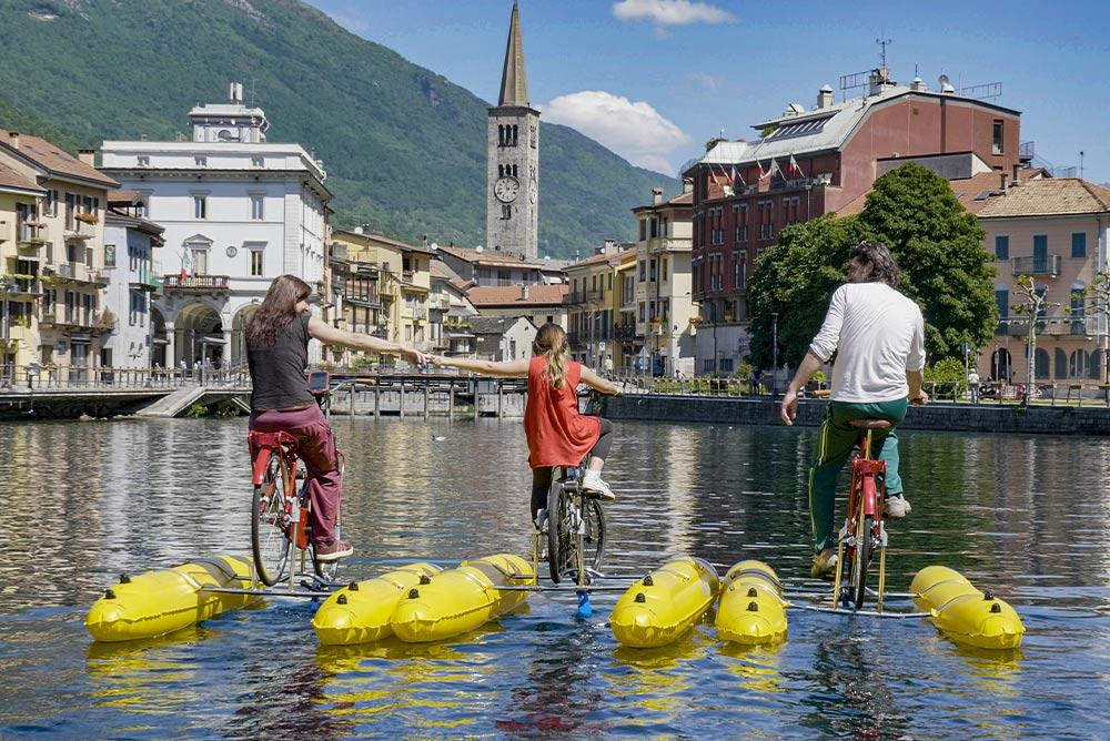 foto-di-una-famiglia-di-tre-persone-sulle-shuttle-bike