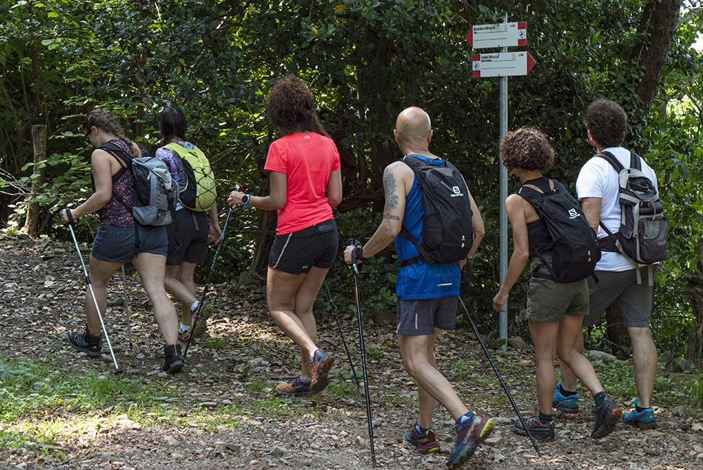 gruppo-di-persone-vestite-da-trekking-che-camminano-su-un-sentiero