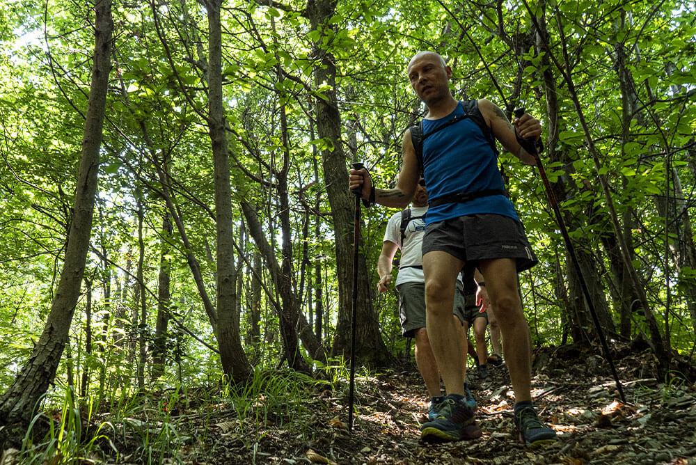 persona-vestita-da-trekking-che-cammina-in-discesa-su-un-sentiero