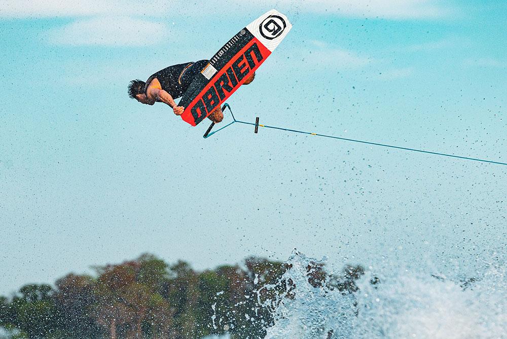 uomo-che-fa-wake-board-che-salta-sull-onda