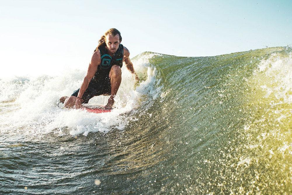 uomo-che-va-su-wake-surf-e-cavalca-l-onda