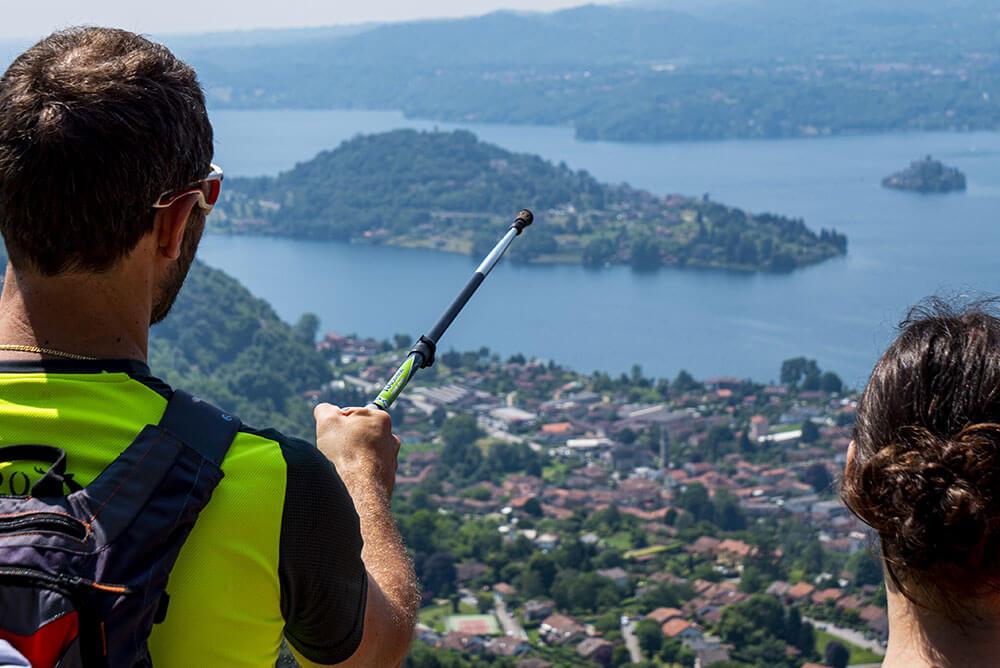 uomo-e-donna-che-ammirano-il-panorama-in-montagna-del-lago-d-orta